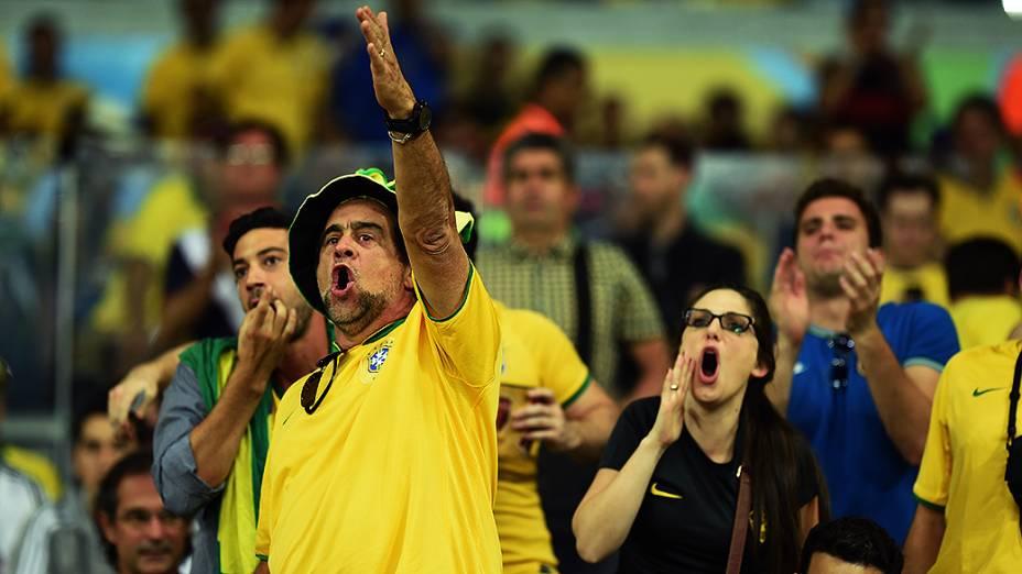 Torcedores do Brasil vaiam a seleção durante o jogo contra a Alemanha