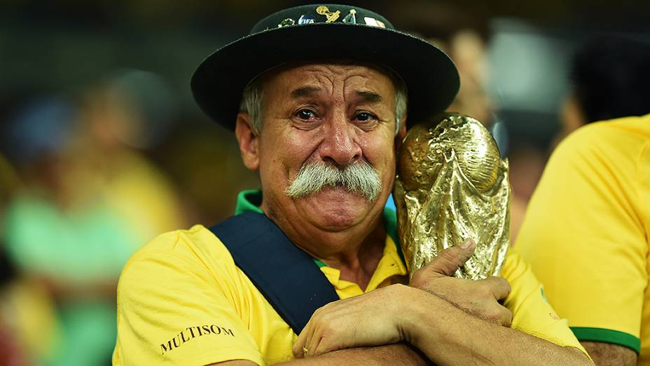 Torcedor do Brasil chora a derrota para a Alemanha no Mineirão, em Belo Horizonte
