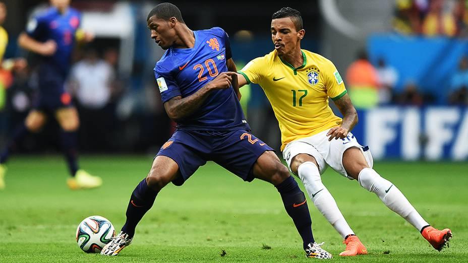 Luiz Gustavo disputa a bola com jogador da Holanda no Mané Garrincha, em Brasília