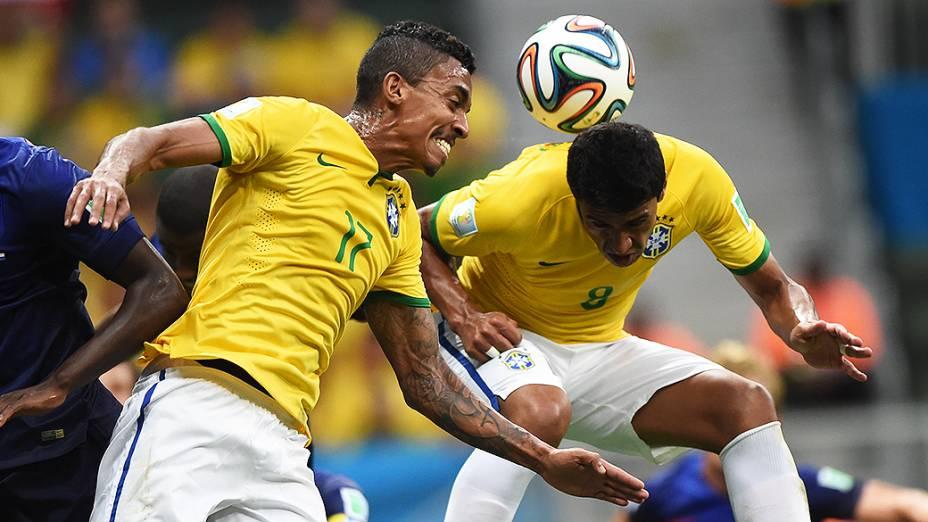 Paulinho tenta marcar gol de cabeça em lance de escanteio no jogo contra a Holanda, no Mané Garrincha em Brasília