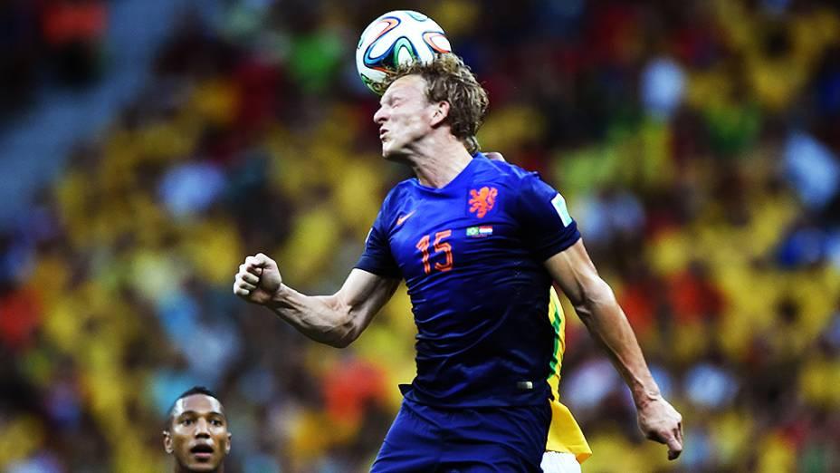 O holandês Kuyt cabeceia a bola no jogo contra o Brasil no Mané Garrincha, em Brasília