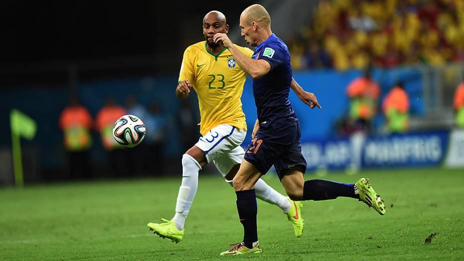 Maicon disputa a bola com o holandês Robben no Mané Garrincha, em Brasília