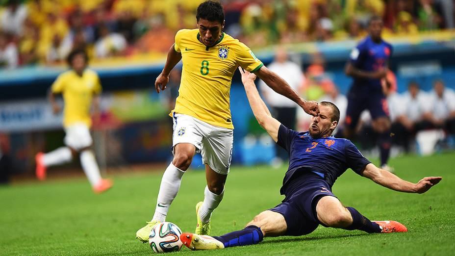 Jogador da Holanda dá um carrinho em Paulinho no Mané Garrincha, em Brasília