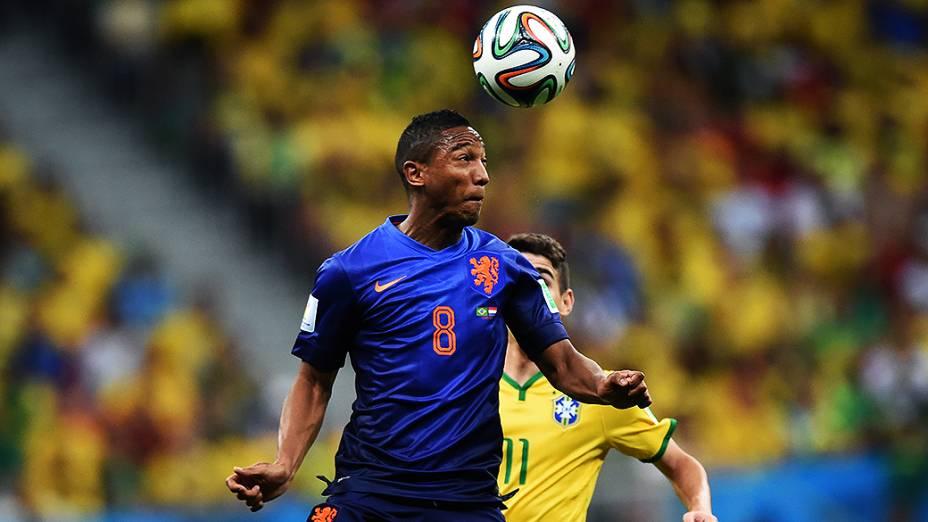 O holandês Jonathan de Guzmán cabeceia a bola no jogo contra o Brasil, no Mané Garrincha em Brasília