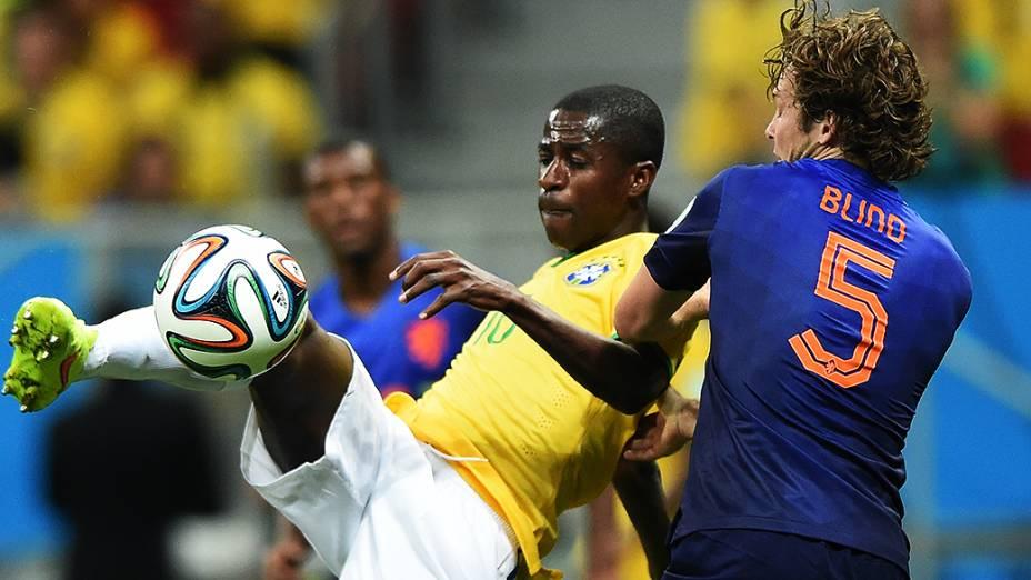 Ramires chuta a bola no jogo contra a Holanda no Mané Garrincha, em Brasília
