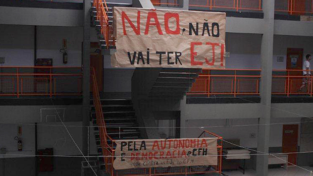Cartazes de protesto de alunos da UFSC contra a criação de empresas juniores no Centro de Filosofia e Ciências Humanas