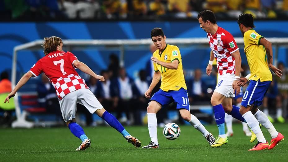 Oscar em lance no jogo contra a Croácia no Itaquerão, em São Paulo