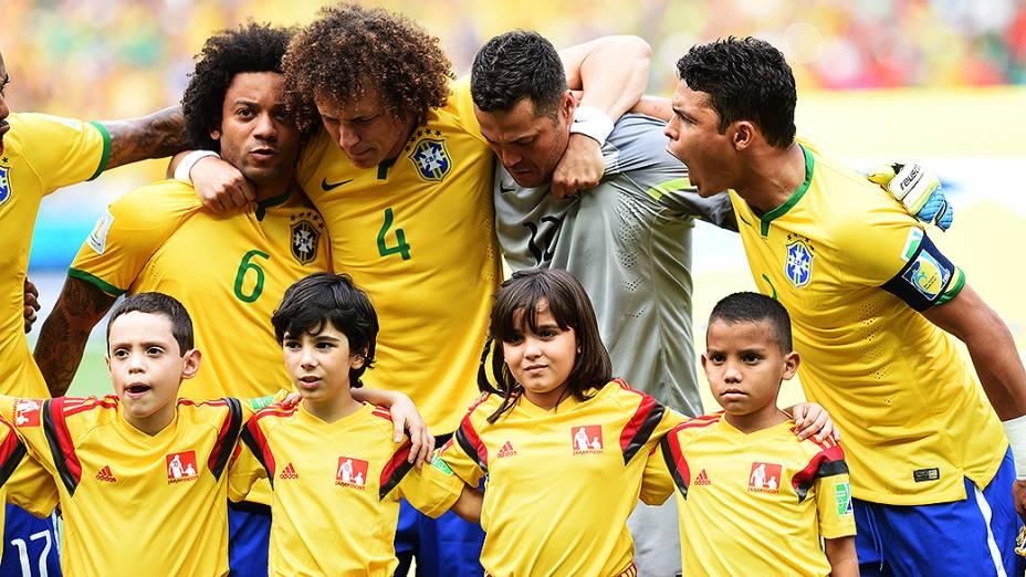 Jogadores do Brasil se abraçam durante o Hino Nacional antes do jogo contra o México no Castelão, em Fortaleza