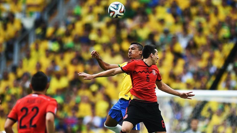 Luis Gustavo disputa a bola com jogador do México no Castelão, em Fortaleza