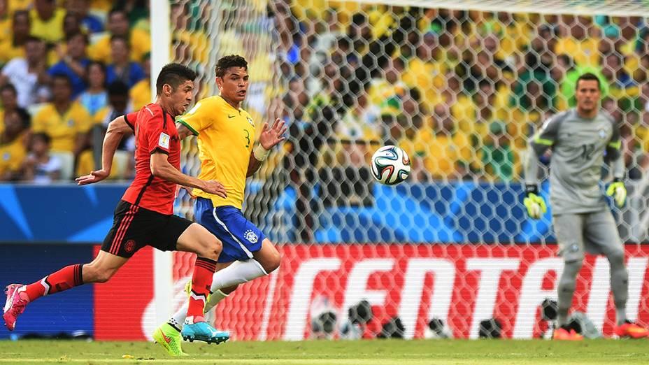 Thiago Silva marca o jogador do México no Castelão, em Fortaleza