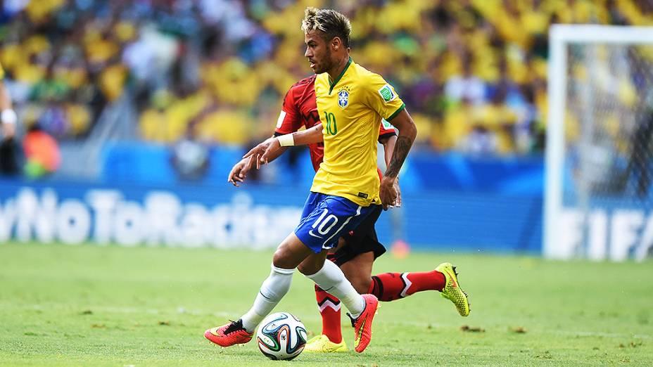 Neymar conduz a bola no jogo contra o México no Castelão, em Fortaleza