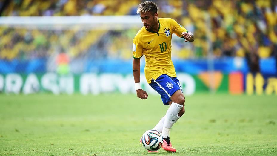 Neymar domina a bola no jogo contra o México no Castelão, em Fortaleza