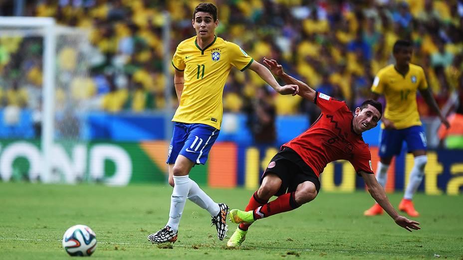 Oscar em lance no jogo contra o México no Castelão, em Fortaleza