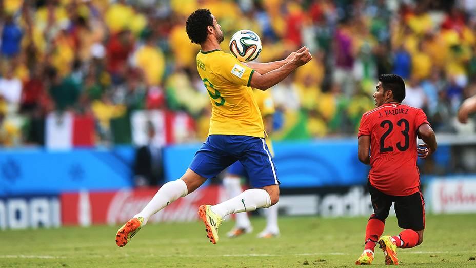 Fred domina a bola no peito no jogo contra o México no Castelão, em Fortaleza