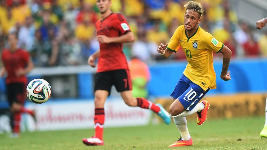 Neymar corre para alcançar a bola no jogo contra o México no Castelão, em Fortaleza
