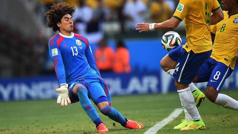 O goleiro Guillermo Ochoa, do México, defende a bola chutado por Paulinho no Castelão, em Fortaleza