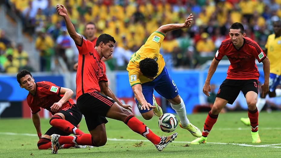 Fred sofre falta no jogo contra o México no Castelão, em Fortaleza