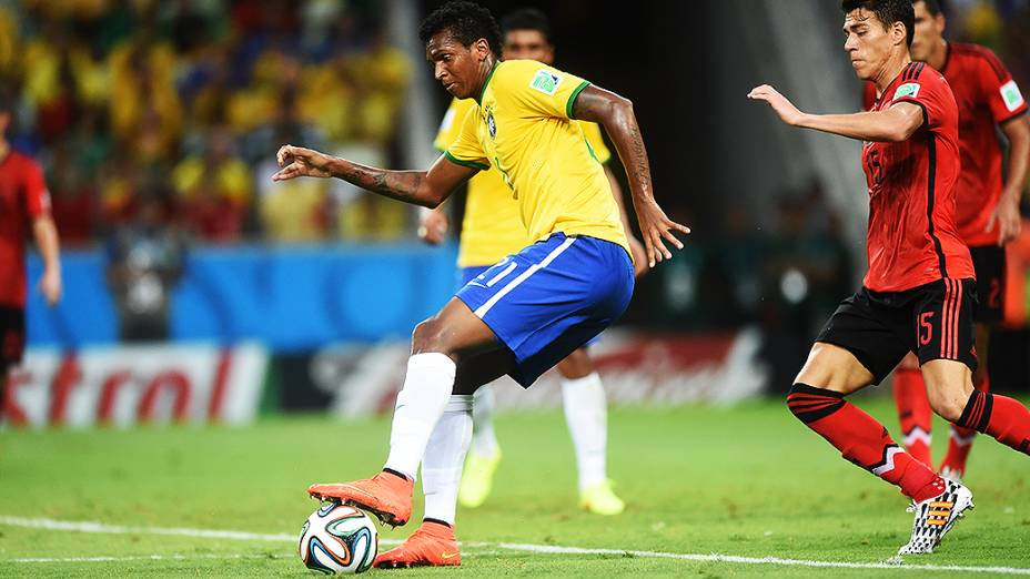 Jô domina a bola no jogo contra o México, em Fortaleza