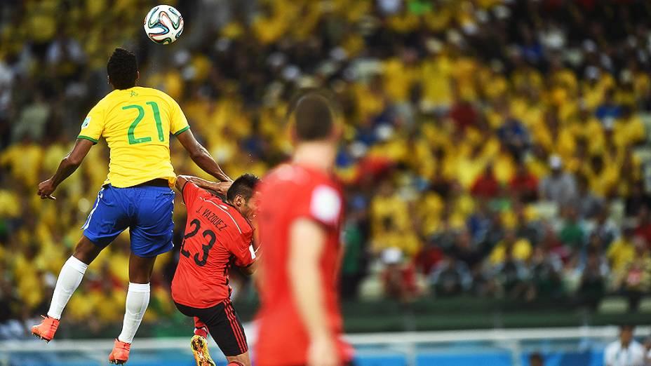 Jô disputa a bola com jogador do México