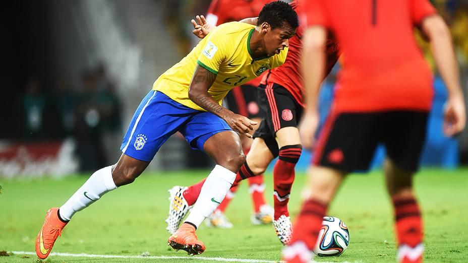 Jô em lance no jogo contra o México, em Fortaleza