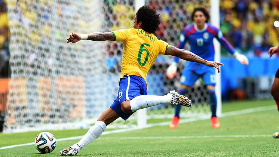 Marcelo cruza a bola no jogo contra o México no Castelão, em Fortaleza