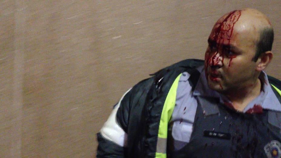 <br><br>  Reprodução de vídeo mostra policial militar ferido durante protestos contra aumento de tarifa do transporte público em São Paulo. O PM foi agredido por manifestantes com socos, chutes e pedras ao tentar evitar pichação da parede de um prédio público