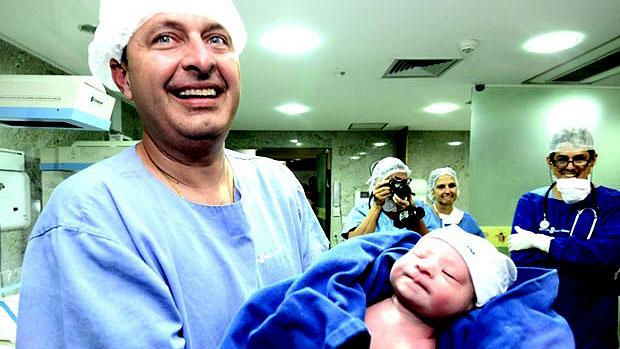 Eduardo Campos segura o filho Miguel