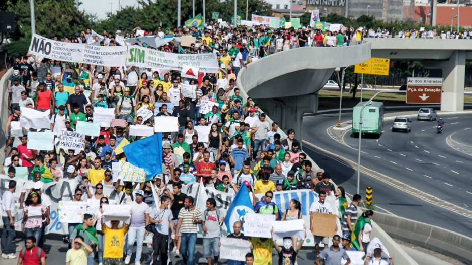 Belo Horizonte - Manifestantes fazem protesto próximo as avenidas que dão acesso ao Minerão onde jogam Japão e México, neste sábado (22)