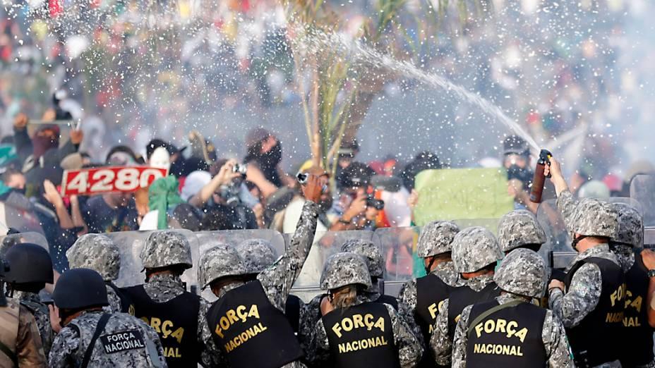 Belo Horizonte - Polícia faz cordão perto do Estádio do Mineirão, para impedir manifestantes