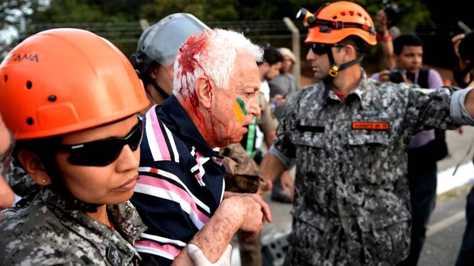 Belo Horizonte - Homem é ferido durante confronto entre manifestantes e a polícia, neste sábado (22)