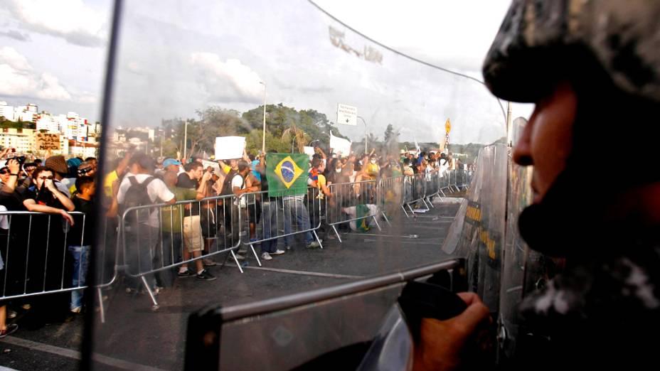 Belo Horizonte - Manifestantes fazem protesto próximo as avenidas que dão acesso ao Minerão, neste sábado (22)