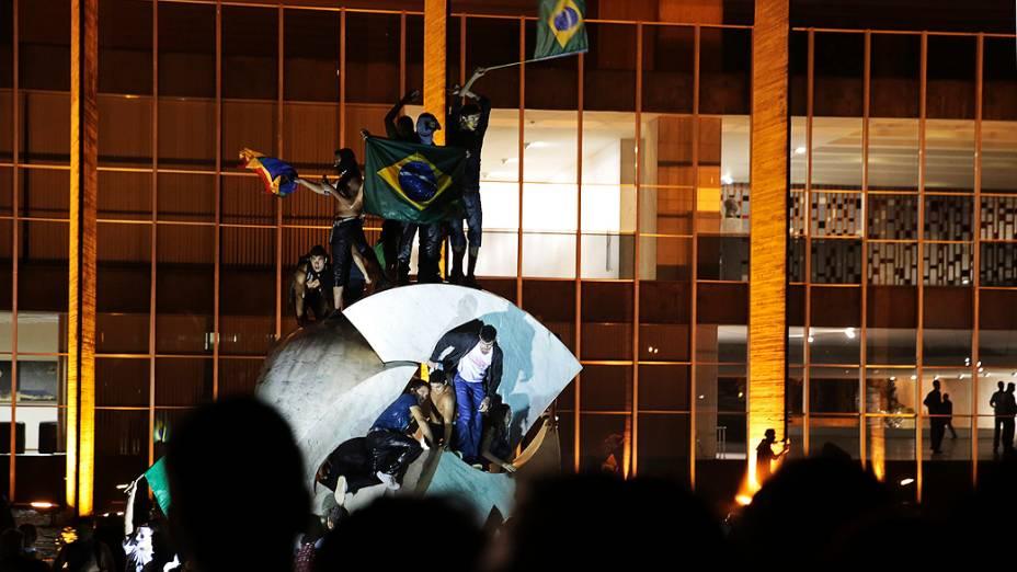 Brasília - Manifestantes sobem em cima da escultura Meteoro, em frente ao Palácio do Itamaraty
