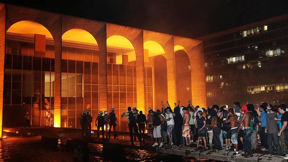 Brasília - Polícia afasta manifestantes que tentavam invadir o Palácio do Itamaraty