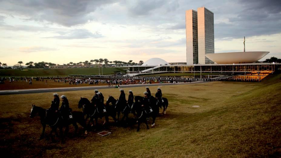 Brasília - Polícia monta guarda em frente ao congresso, enquanto um pequeno grupo de manifestantes protestam, neste sábado (22)