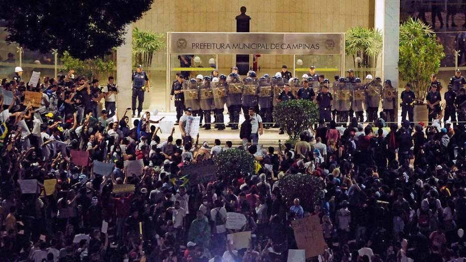 Campinas - Manifestantes em frente da Prefeitura durante protesto contra o aumento das passagens do transporte público