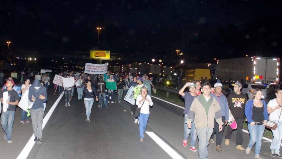 Guarulhos - Manifestantes bloqueiam a Rodovia Dutra durante protesto