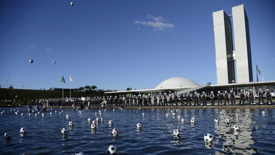 Brasília - Manifestantes chutaram bolas no espelho dágua em frente ao congresso, em protesto nesta quarta-feira (26)