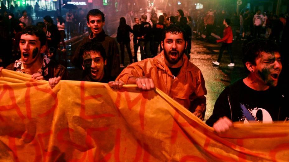 São José dos Campos - Manifestantes bloquearam as duas vias expressas da Rodovia Presidente Dutra, na noite desta terça-feira (25)