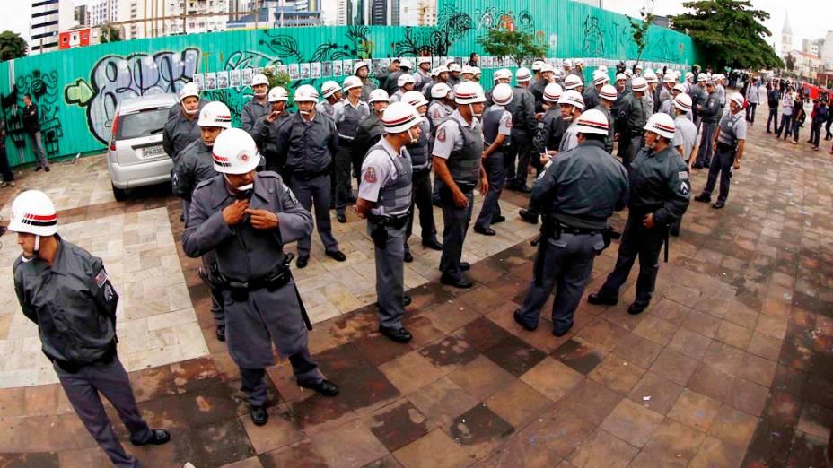 Policias reunidos para acompanhar o protesto contra o aumento das passagens do transporte público