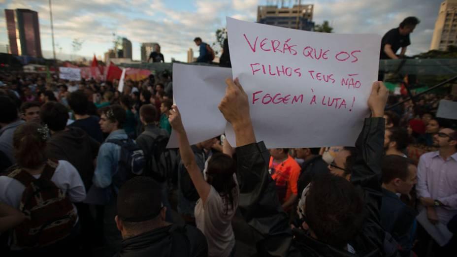 São Paulo - Manifestantes se reúnem no Largo da Batata para protestar contra o aumento das passagens do transporte público
