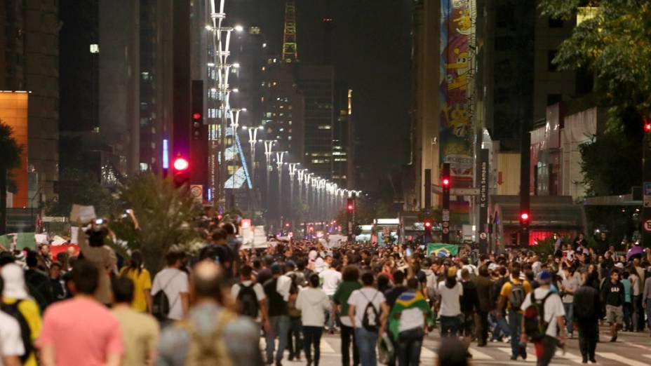 São Paulo - Manifestantes chegam na Avenida Paulista, em protesto contra o aumento das passagens do transporte público