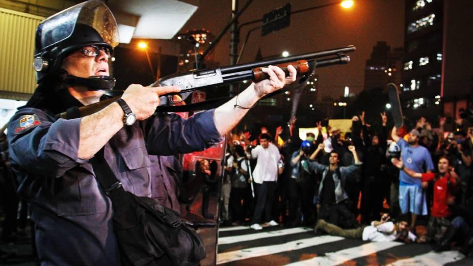Confronto de policiais e manifestantes na rua da Consolação durante protesto contra o aumento da tarifa de ônibus, na cidade de São Paulo, nesta quinta-feira (13)
