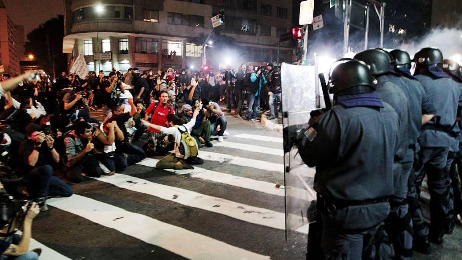 Confronto de policiais e manifestantes durante protesto contra o aumento da tarifa de ônibus, na cidade de São Paulo, nesta quinta-feira (13)