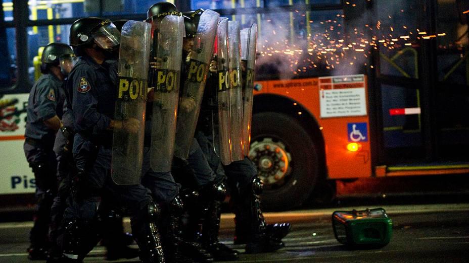 Polícia usa bombas de gás lacrimogêneo e balas de borracha para dispersar manifestantes, no centro de São Paulo, nesta quinta (13)