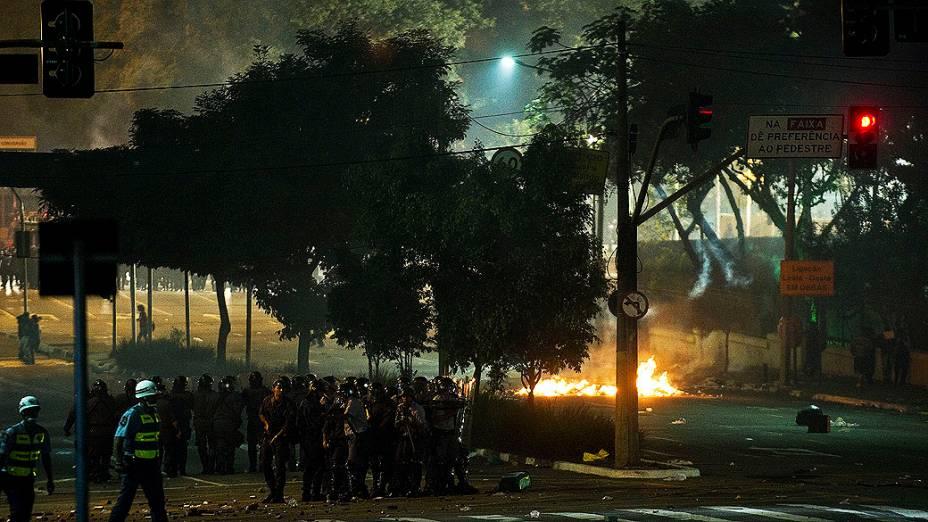 Manifestantes entram em confronto com a polícia durante protestos contra o aumento da tarifa do transporte público em São Paulo, nesta quinta (13)