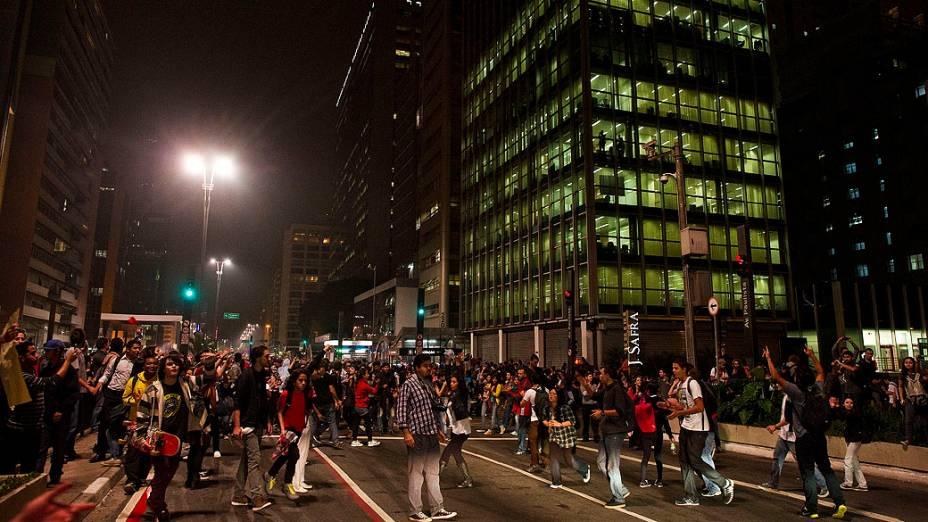 Manifestantes tentam bloquear a Avenida Paulista durante protesto contra o aumento da tarifa do transporte público em São Paulo, nesta quinta (13)