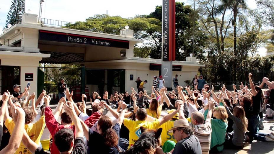 São Paulo - Manifestantes fazem protesto em frente ao Palácio dos Bandeirantes, neste sábado (22)
