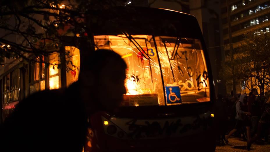 Ônibus incendiado durante protesto nesta terça-feira (11), contra o aumento das tarifas do transporte público na cidade de São Paulo