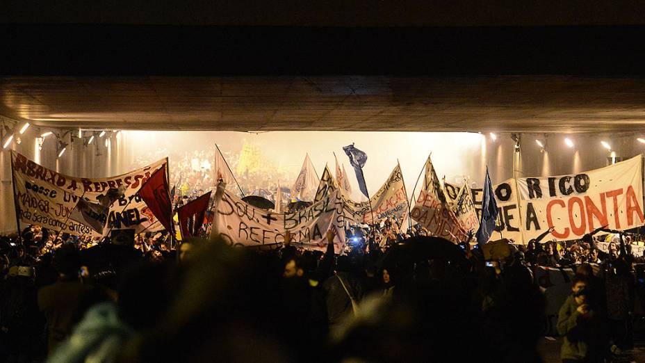 Porto Alegre - Manifestantes fazem protesto contra o aumento da tarifa do transporte público e a corrupção