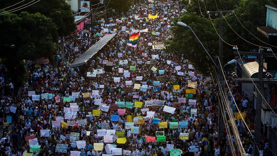 Recife - Milhares de pessoas marcham na Avenida Conde da Boa Vista, no centro de Recife, estado de Pernambuco